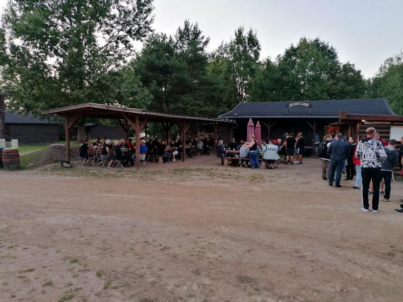 Wir befinden wir an der Beaver Lodge. Hier findet heute die Warm-Up-Party statt.