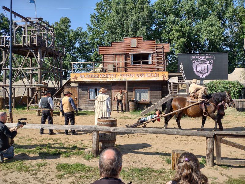 Die Stuntshow nimmt seinen Lauf. Sie besteht hauptsächlich aus Szenen aus den beiden Trinity-Western.