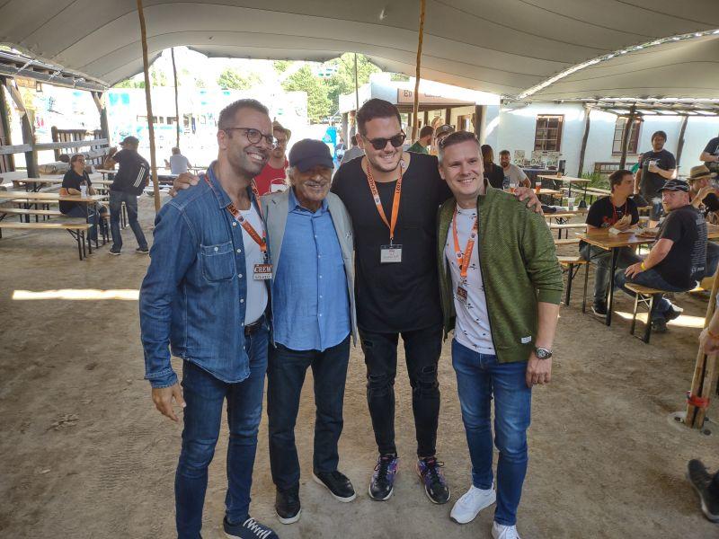 Die ungarische A-capella-Band Fool Moon posiert mit Sal Borgese.