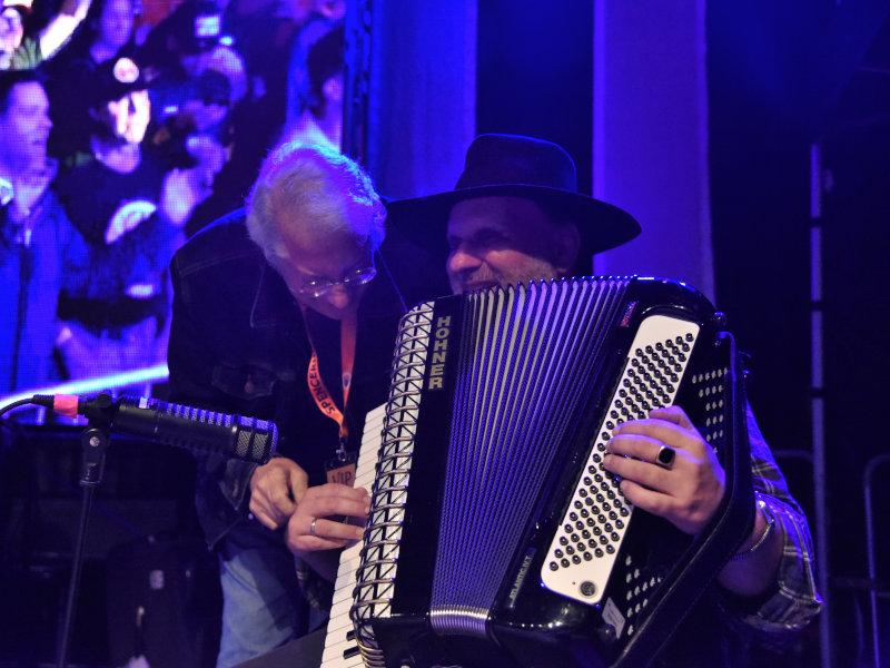 Maurizio De Angelis und Jorgo unterstützen die Band bei ihrem Aufritt.