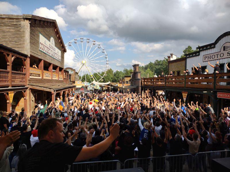 Zur Aufnahme des BigPictures versammeln sich alle Fans vor der Bühne.