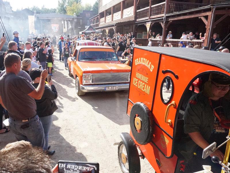 Die Movie-Parade zieht durch die Mainstreet.