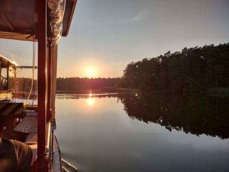 Wir fahren dem Sonnenuntergang entgegen.